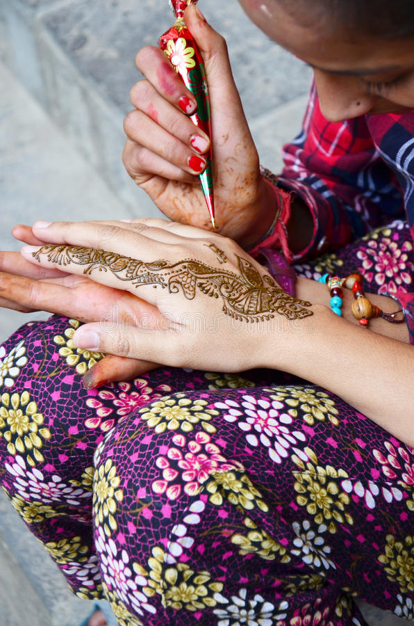 Nepalese meisjesverf Mehndi of de stijl van Hennaindia voor Thaise reiziger stock afbeelding