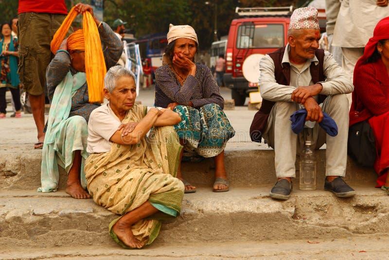 Nepalese saß auf der Seite der Straße stockbilder