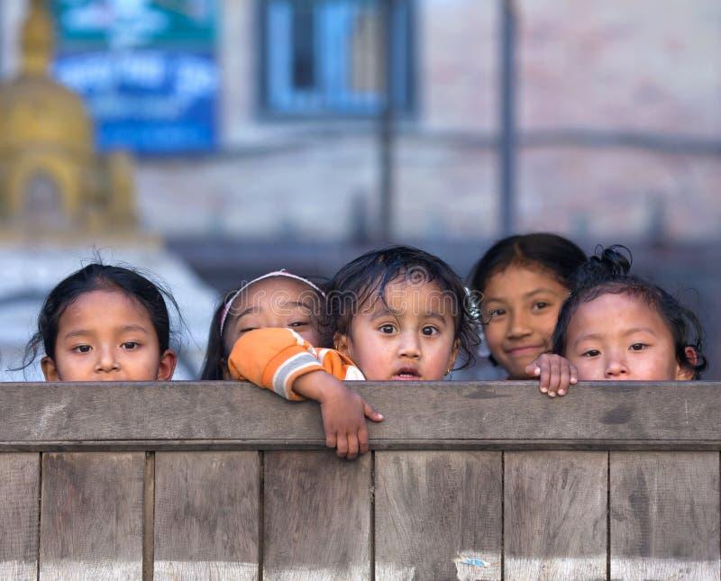 Nepalese schoolmeisjes in Bhaktapur, Nepal stock foto's