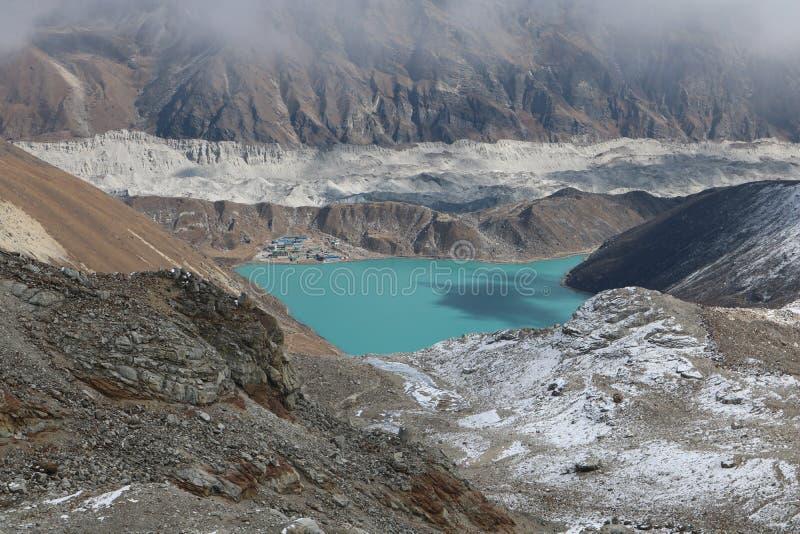 Nepalese Tarn ist ein Gebirgssee oder -pool stockfoto