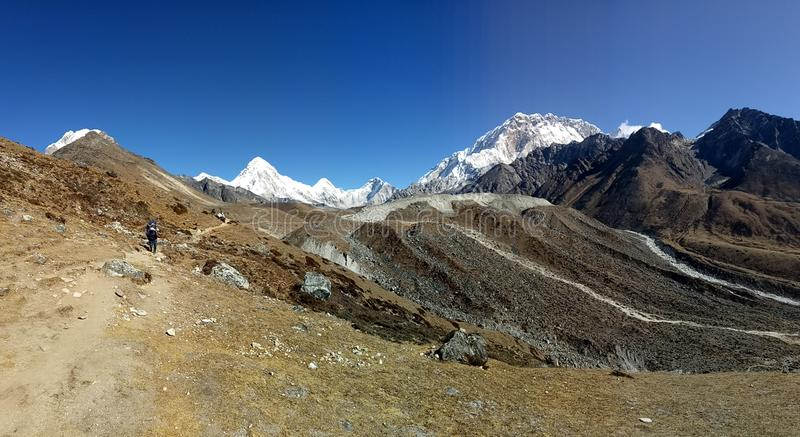Nepalesische Bergspitze-Bereichs-natürliche Szene lizenzfreies stockbild