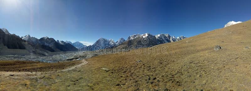 Nepalesische Bergspitzen ist Bereichs-natürlicher Szenenhintergrund blauer Himmel stockbilder