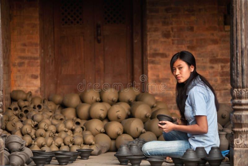 Nepalesische Handwerkerin stockfotografie