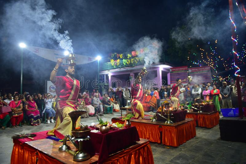 Nepalesische Hindu-Priester führen Aarti-Zeremonie am Seeufer durch stockbild
