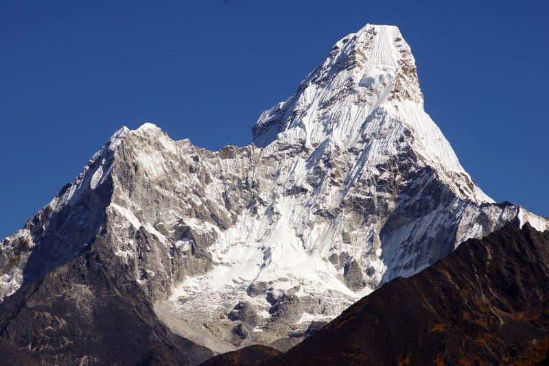 Nepalesische Landschaft mit Ama Dablan 6856m lizenzfreie stockbilder
