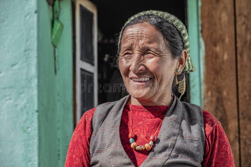 Nepalesischer alter Mann, der zur Kamera lacht stockfotos