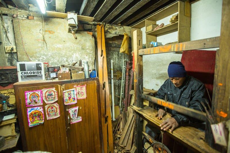 Nepalesischer Mann, der in seiner hölzernen Werkstatt arbeitet Mehr 100 kulturelle Gruppen haben ein Bild von Bhaktapur als Haupt lizenzfreies stockbild