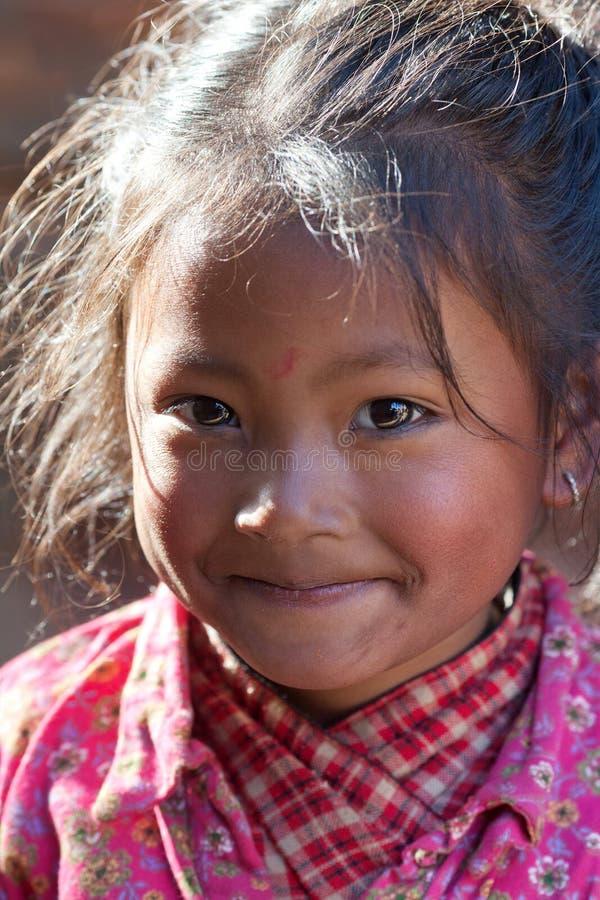 Nepalesisches Mädchen, das an Durbar-Quadrat in Bhaktapur, Nepal spielt lizenzfreie stockfotos