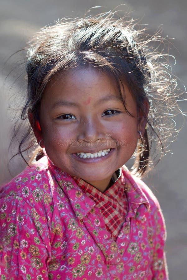 Nepalesisches Mädchen, das an Durbar-Quadrat in Bhaktapur, Nepal spielt stockfotos
