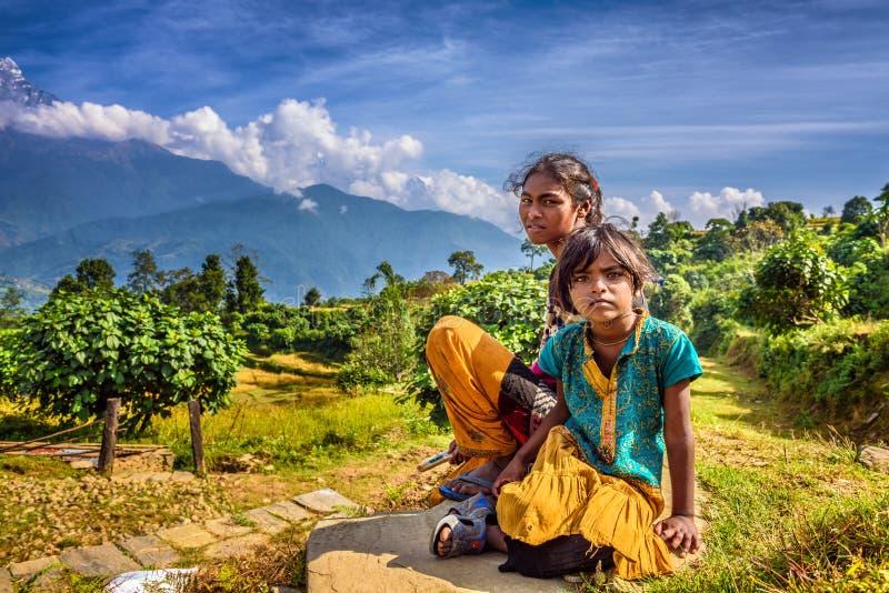 Nepalesisk barnlek i Himalayasbergen nära Pokhara royaltyfri foto