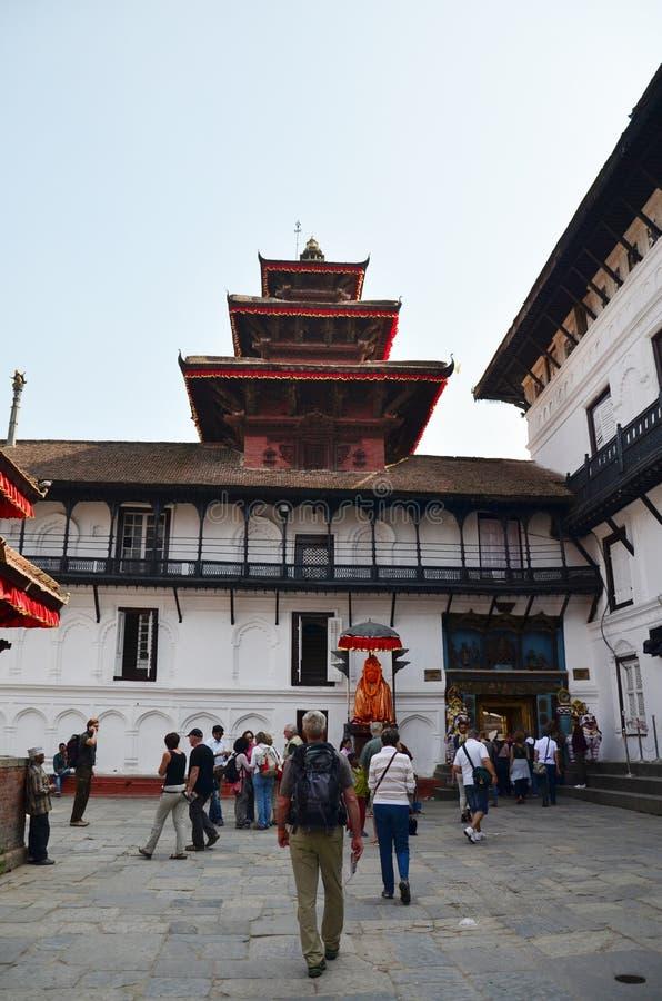 Nepalesisk och utlänningfolklopp på Hanuman Dhoka arkivbilder