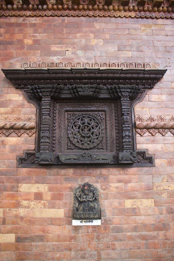 Nepalesiskt litet tempelfönster royaltyfri fotografi