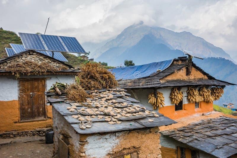 Nepali traditionele huizen met zonnecelpaneel op het dak stock afbeeldingen