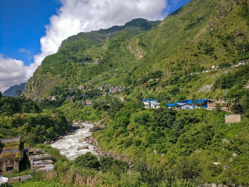 Nepalidorp en de rivier van kaligandaki stock afbeelding