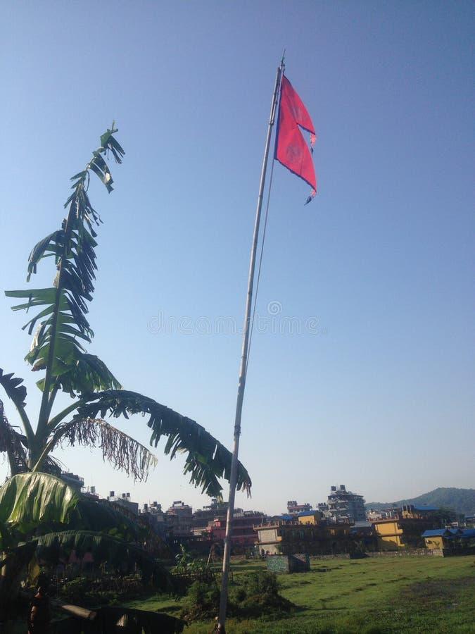 Nepaliflagge auf dem Seeufer in Pokhara lizenzfreie stockbilder