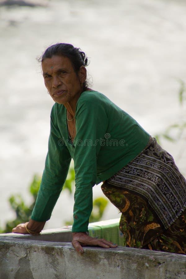 Nepalikvinna i Chitwan, Nepal arkivfoto