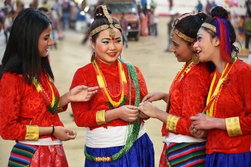 Nepalimeisjes in traditioneel kostuum royalty-vrije stock afbeelding