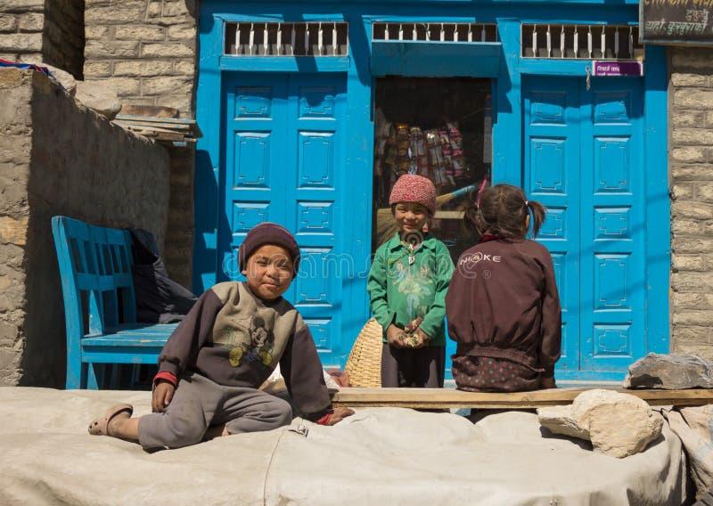 Nepalisee dzieci bawić się na słońcu w himalaje wiosce obrazy royalty free