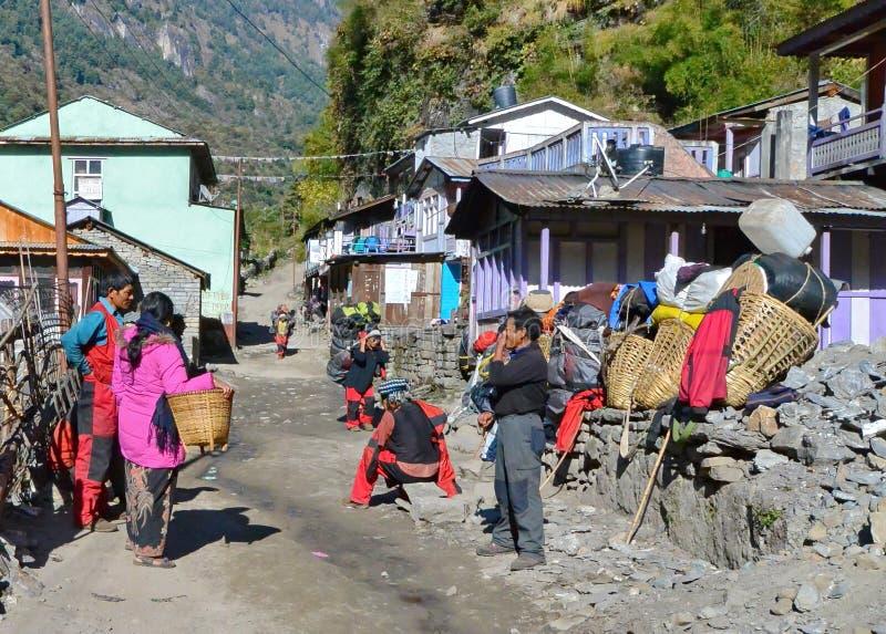 Nepaliträger, die eine Pause machen lizenzfreie stockfotografie