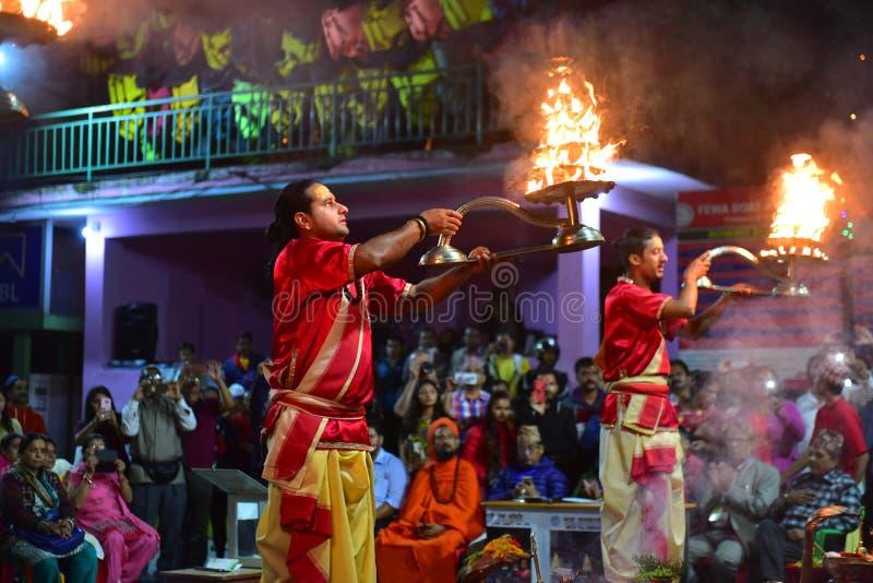 Nepalscy duchowni hinduscy występujący na ceremonii wręczenia nagród Aarti na jeziorze fotografia stock
