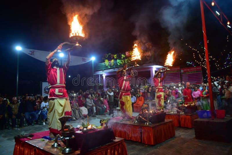 Nepalscy duchowni hinduscy występujący na ceremonii wręczenia nagród Aarti na jeziorze obrazy stock