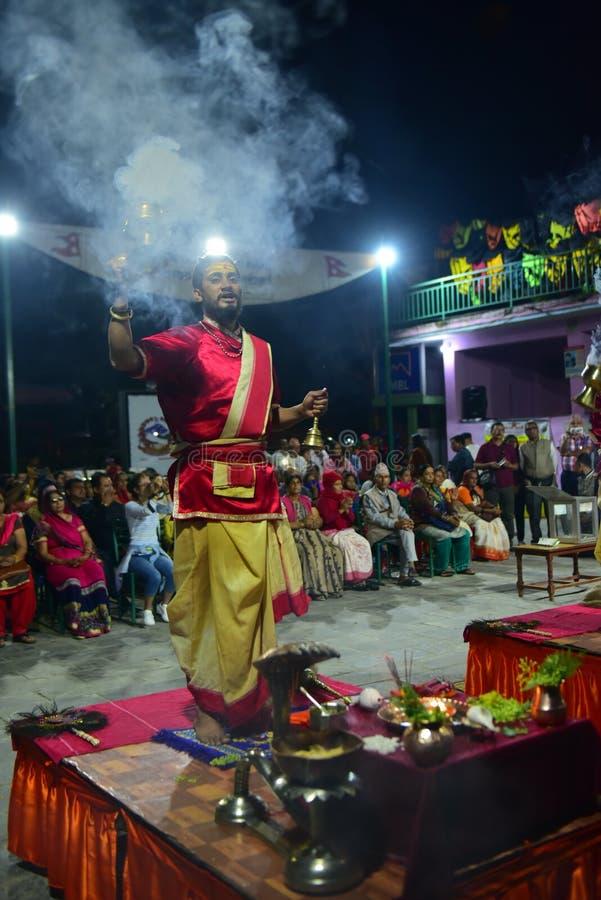Nepalscy duchowni hinduscy występujący na ceremonii wręczenia nagród Aarti na jeziorze obraz royalty free
