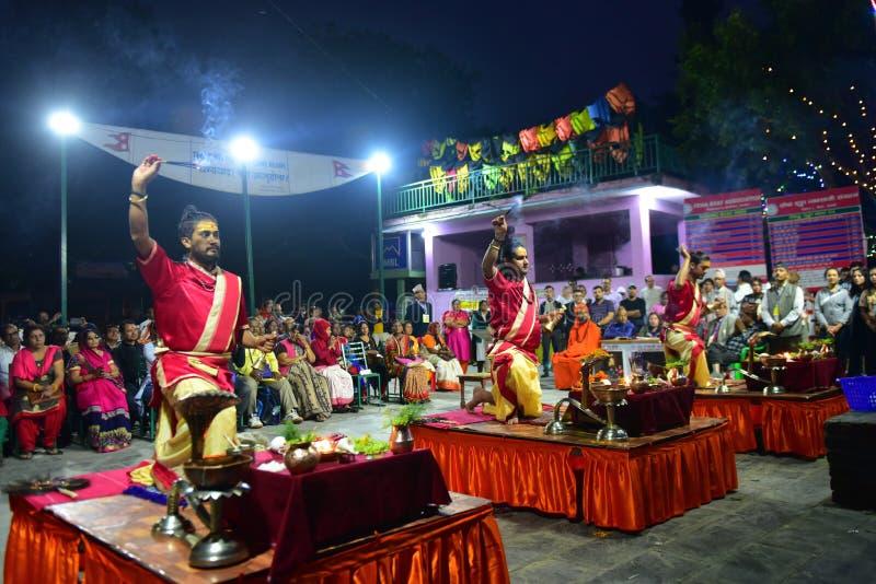 Nepalscy duchowni hinduscy występujący na ceremonii wręczenia nagród Aarti na jeziorze obraz stock