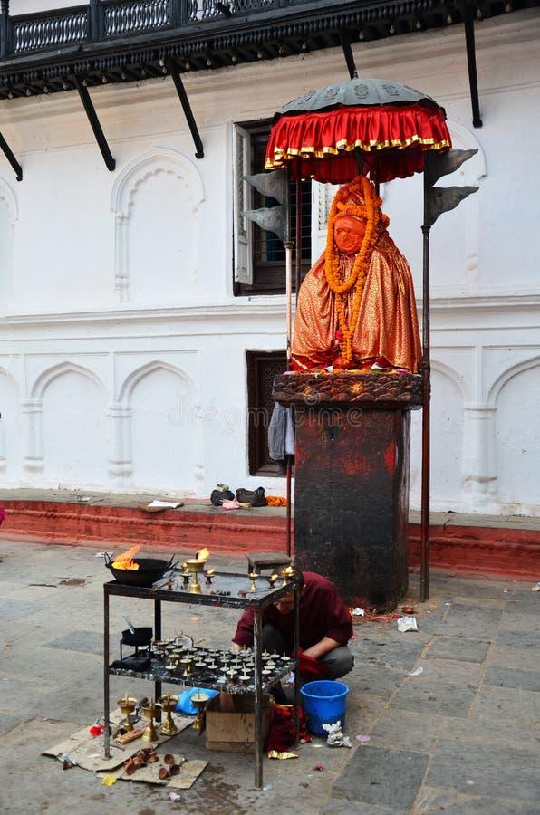 Nepalscy ludzie one modlą się z Hanuman statuą przy Basantapur Durbar kwadratem obrazy stock