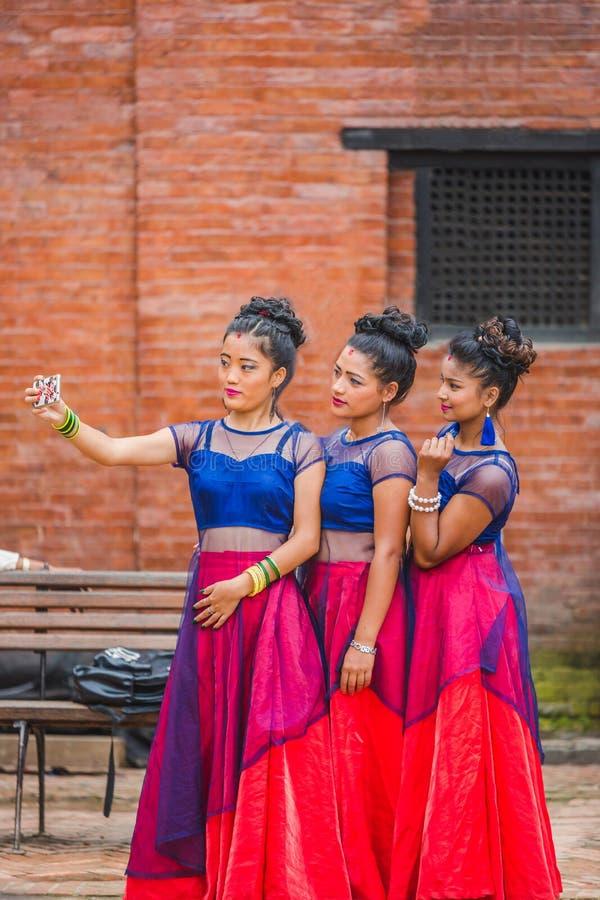 Nepalscy tancerze Bierze Selfie z przyjaciółmi obraz stock