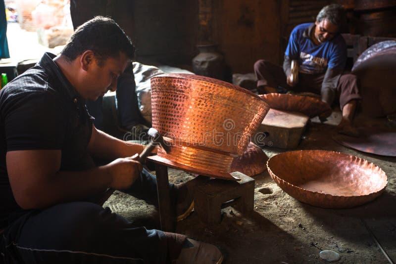Nepalscy tinmans pracuje w jego warsztacie obraz royalty free