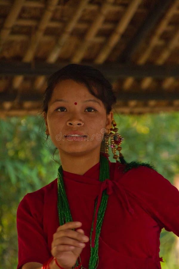 Nepalska kobieta tanczy tradycyjnego tana w Chitwan, Nepal fotografia royalty free