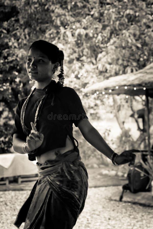 Nepalska kobieta tanczy tradycyjnego tana w Chitwan, Nepal obraz stock