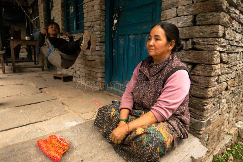 Nepalska matka i dziecko na ganku obraz stock