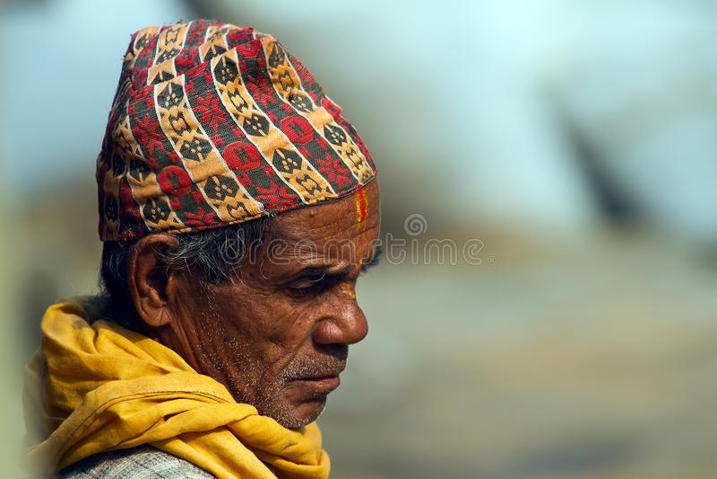 Nepalski brahman stary człowiek jest ubranym tradycyjnego kapelusz zdjęcia stock