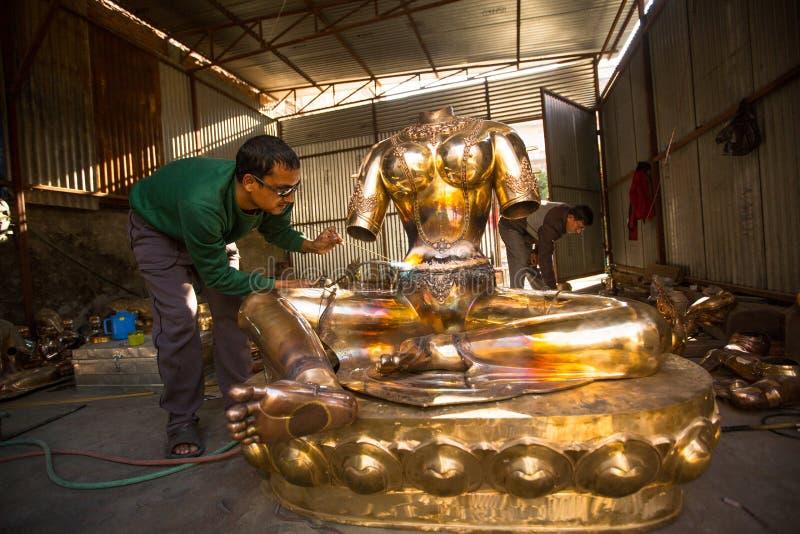 Nepalski tinman pracuje w jego warsztacie w Bhaktapur, Nepal zdjęcie stock