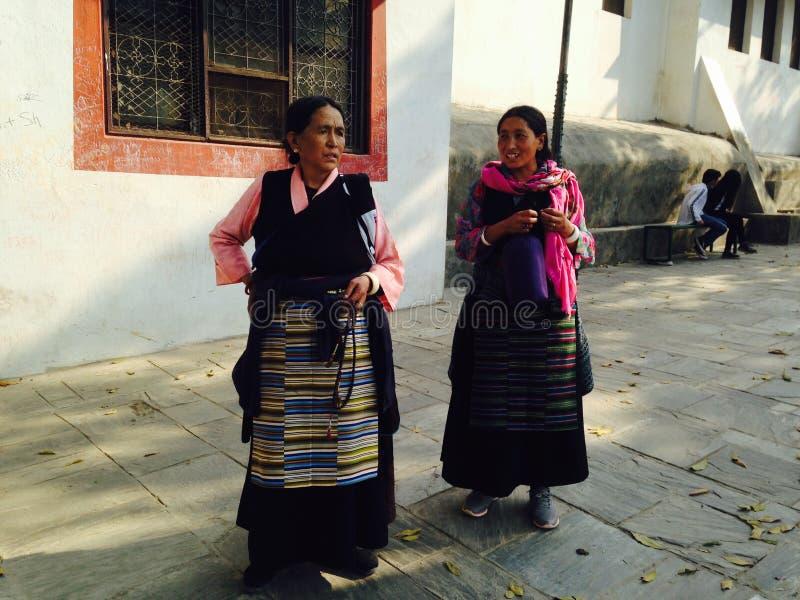 Nepalskie kobiety w tradycyjnych kolorowych ubraniach obrazy stock