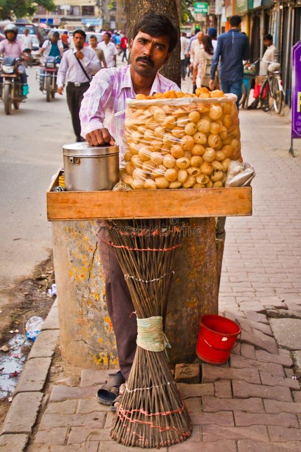 Nepalskiego mężczyzna sprzedawania uliczny jedzenie, Kathmandu, Nepal obraz stock