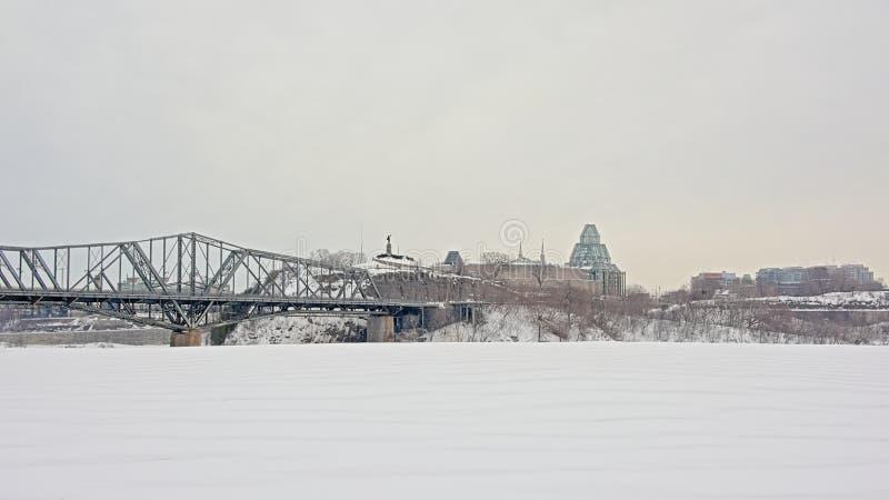 Nepean点和国家肖像馆在亚历山德拉桥梁的渥太华末端 免版税库存照片