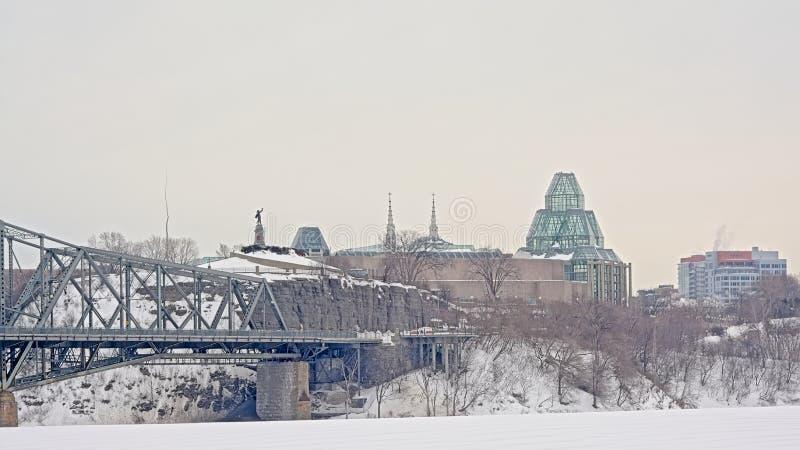 Nepean点和国家肖像馆在亚历山德拉桥梁的渥太华末端 库存图片