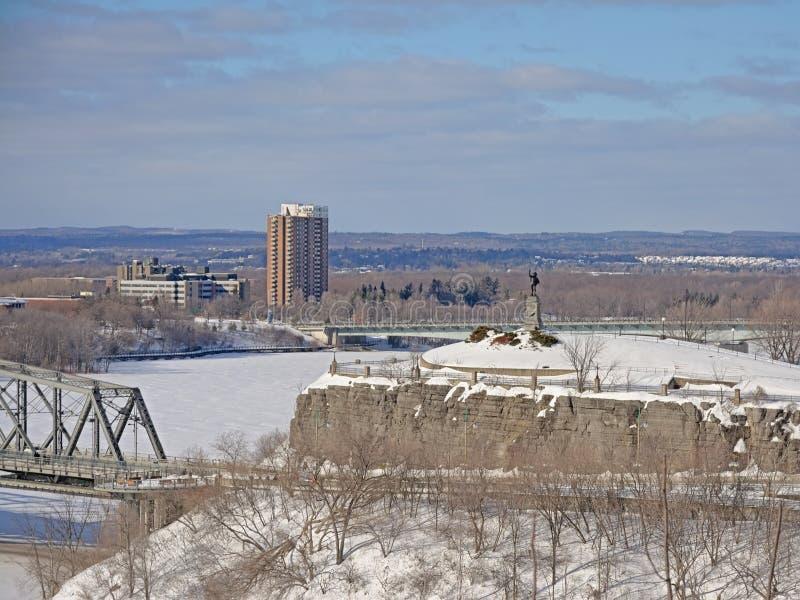 Nepeanpunt langs de rivier van Ottawa, in sneeuw op een koude de winterdag die wordt behandeld stock foto's
