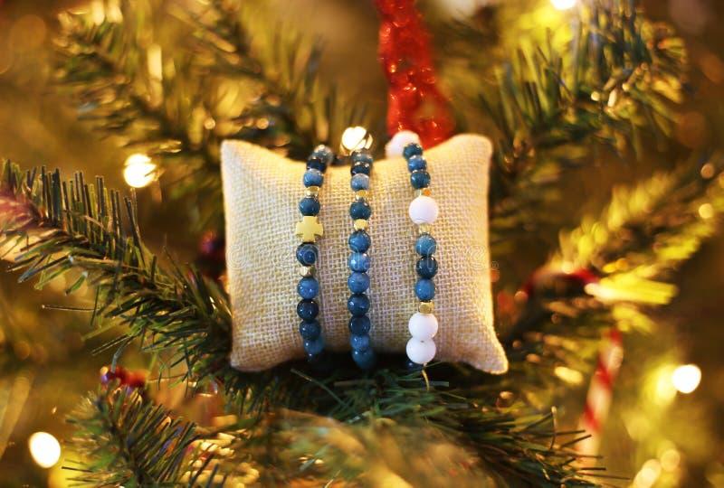 Nephrite gemstone bracelets na árvore de Natal - joias de presentes de Natal fotografia de stock royalty free