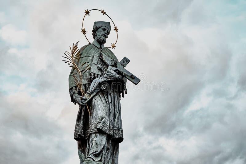 Nepomuk的圣约翰雕象在查尔斯桥梁的在布拉格,捷克共和国 免版税库存照片