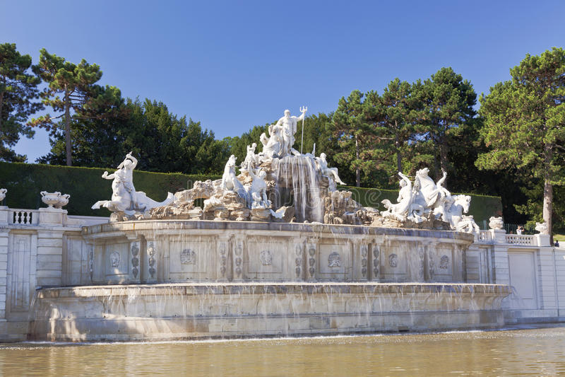 Neptun-Brunnen in Schonbrunn-Palast in Wien lizenzfreie stockbilder