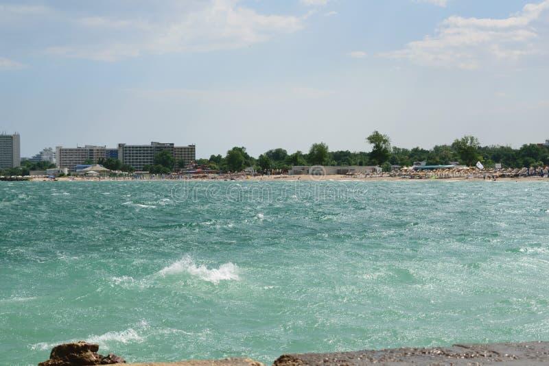 Neptun, Romênia - 8 de julho de 2017: O Mar Negro muda a cor à turquesa devido a um fenômeno natural mas muito raro causado pelo  foto de stock royalty free