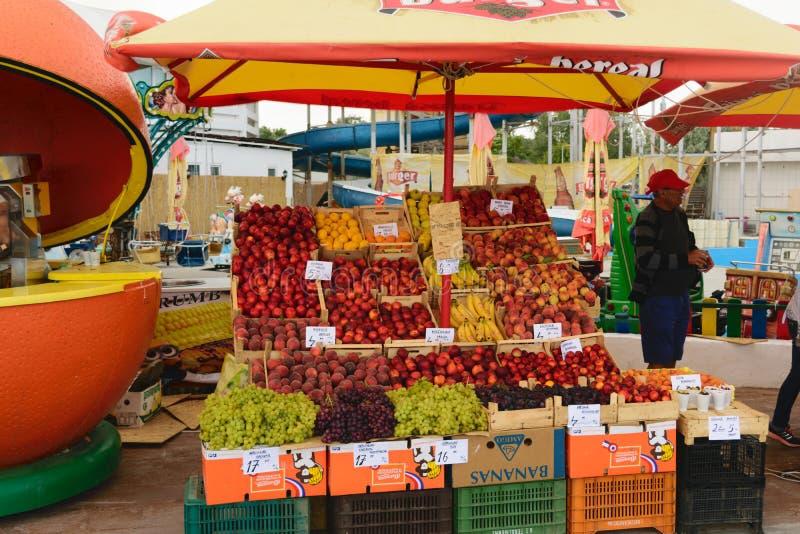 Neptun, Rumania - 8 de julio de 2017: mercado de la fruta fresca local en la calle situada en el complejo playero en Neptun, Cons imagen de archivo libre de regalías