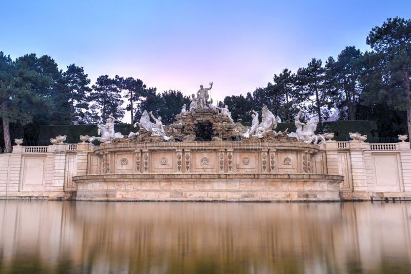 Neptunspringbrunn av den Schonbrunn slotten - Wien, Österrike royaltyfri bild
