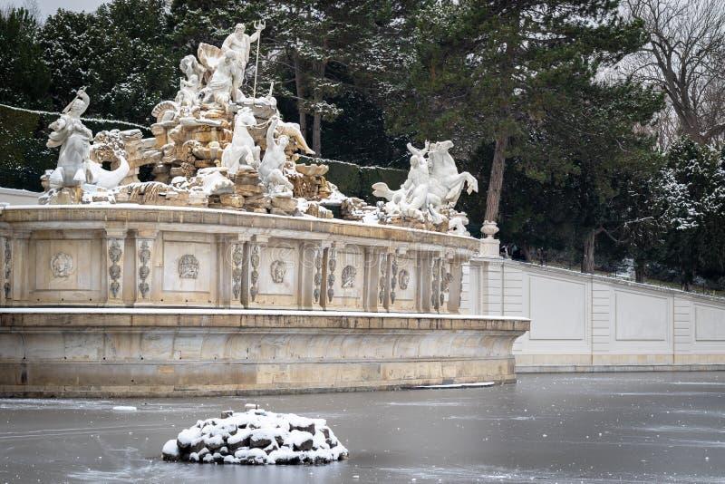 Neptunspringbrunn i den Schonbrunn slotten i Wien i vintertid arkivfoton