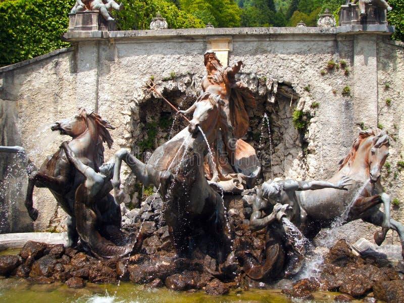 Neptunspringbrunn på den Linderhof slotten arkivbild