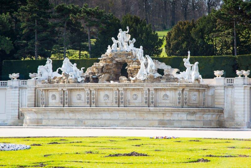 Neptunspringbrunnen på den Schonbrunn slotten, Wien arkivbilder