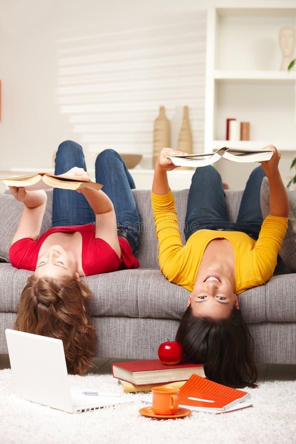 ner flickor som ler sofaöversidan arkivfoton